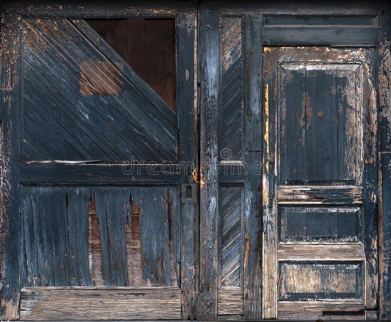 Alte verwitterte Holztüren, die Farbe schälen, kahles Holz bedrückt stockbilder
