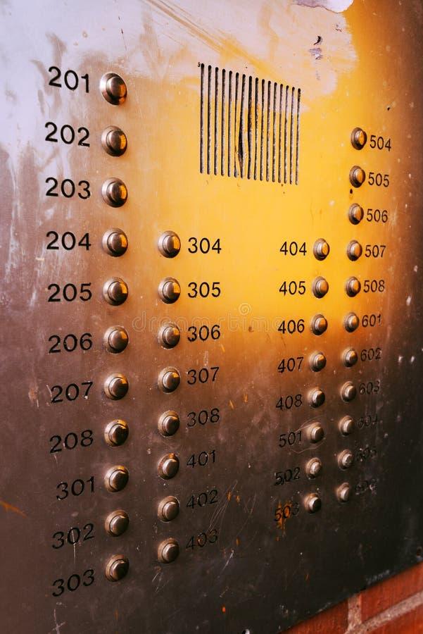 Alte verwitterte Wechselsprechanlagenknopfplatte stockfoto
