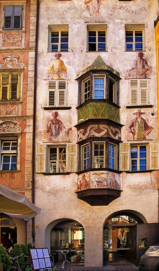 Alte verzierte Fassade und Fensterläden, Bozen Italien stockbilder