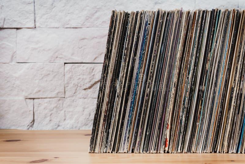 Alte Vinylaufzeichnungen im hölzernen Regal lizenzfreie stockfotografie