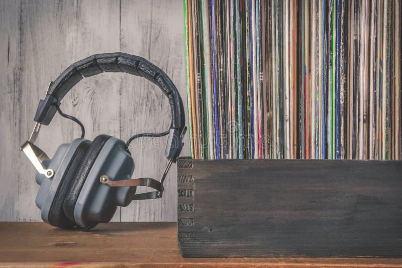 Alte Vinylaufzeichnungen und Kopfhörer stockbild