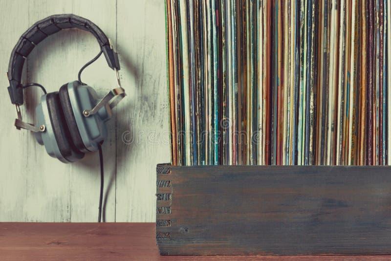 Alte Vinylaufzeichnungen und Kopfhörer stockfotos