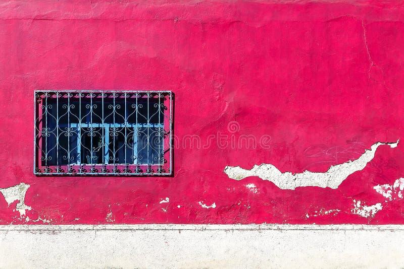 Alte Wand der Rosa- und weißerfarbe mit einem Fenster Architekturweinlesehintergrund stockfotografie