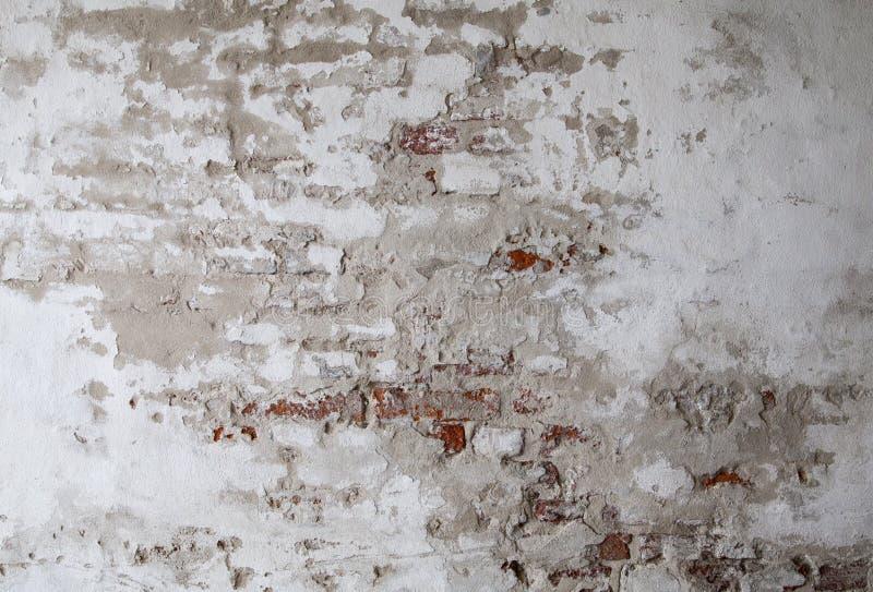 Alte Wand des roten Backsteins mit gebrochener konkreter Hintergrund-Beschaffenheit stockbilder