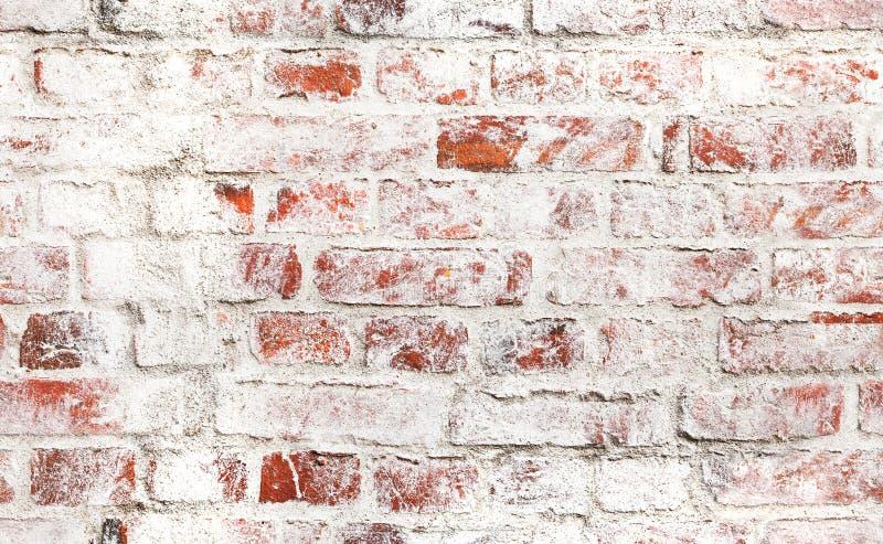 Alte Wand des roten Backsteins mit schädigender weißer Farbe lizenzfreie stockfotos