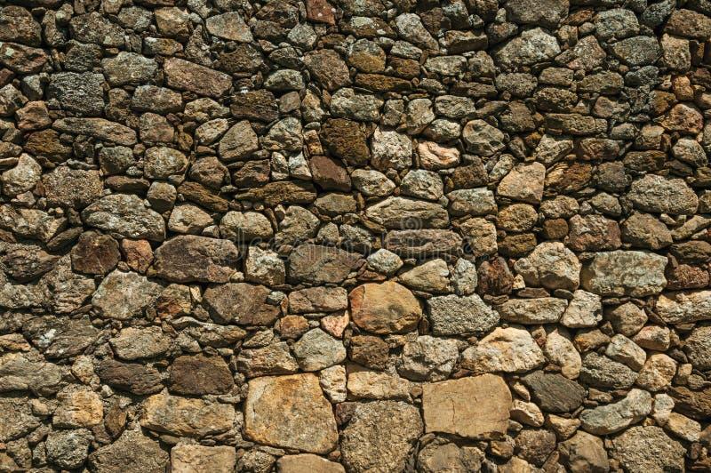 Alte Wand hergestellt von den gro?en rauen Steinen lizenzfreie stockbilder