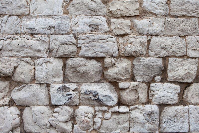 Alte Wand hergestellt von den hellen Steinen stockfoto