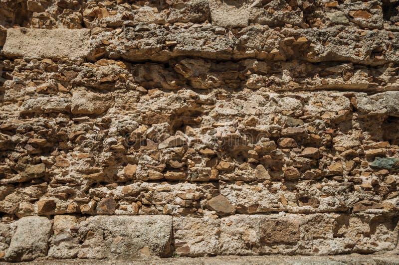 Alte Wand hergestellt von den rauen Steinen in Roman Theater von Mérida lizenzfreie stockfotos