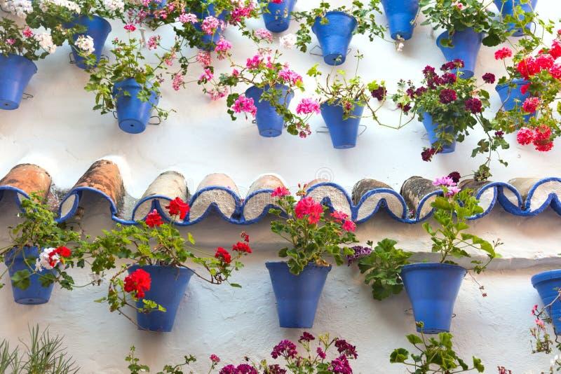 Alte Wand mit Blumen-Dekorationen, europäische Straße, Spanien stockbilder