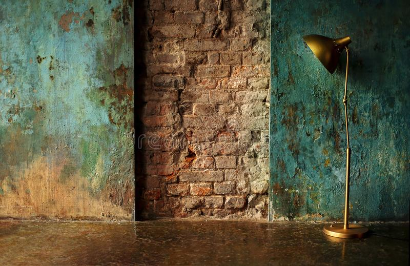 Alte Wand mit Lampe stockfotos