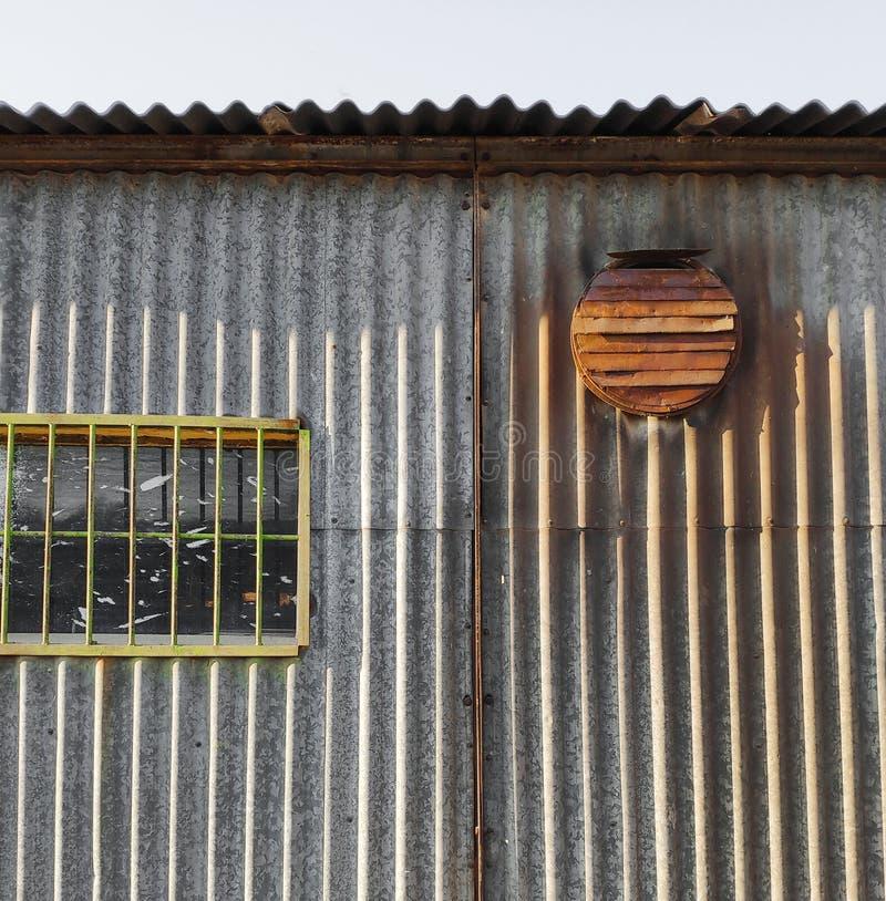 Alte Wand mit rostigem Belüftungsfan stockfotos