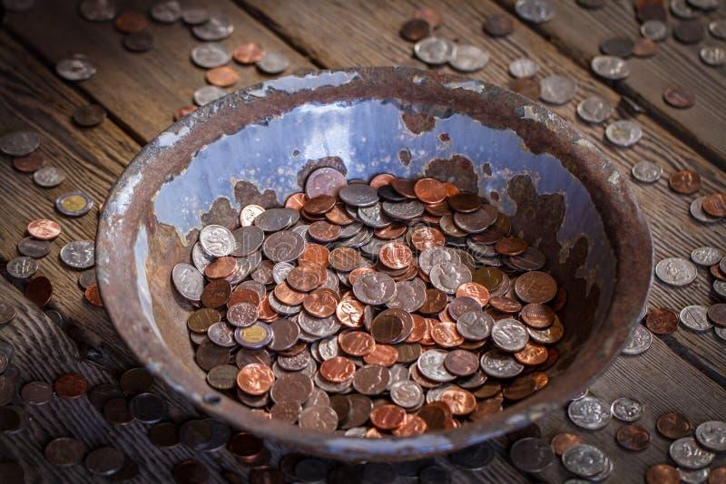Alte Wanne gefüllt mit Münzen lizenzfreies stockbild