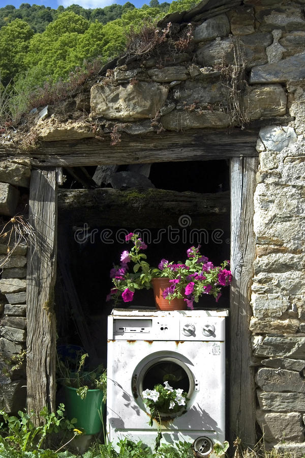 Alte Waschmaschine benutzt als Pflanzer lizenzfreies stockfoto