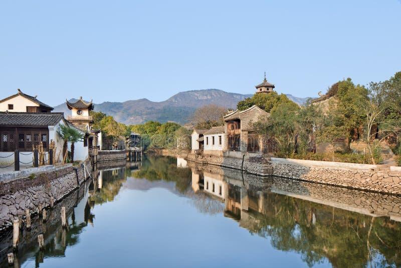 Alte weiße chinesische Häuser reflektierten sich in einem Kanal, Hengdian, China stockfotografie