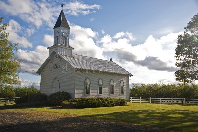 Alte weiße landwirtschaftliche Kirche stockbild