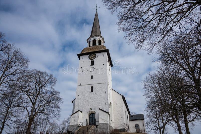 Alte weiße Steinkirche im Sonnenlicht stockfotografie