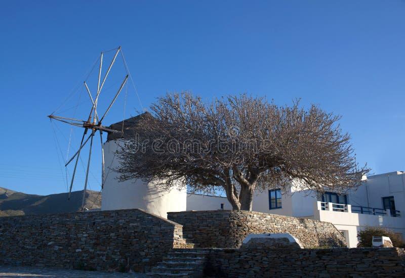 Alte weiße Windmühle bei Sonnenuntergang in Parikia auf Paros-Insel, die Kykladen, Griechenland lizenzfreie stockfotografie