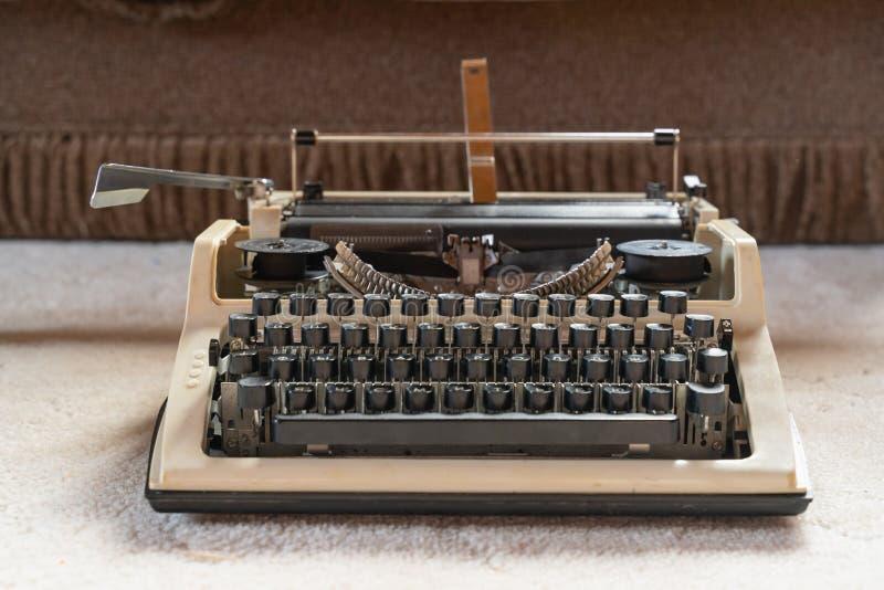 Alte wei?e Schreibmaschinennahaufnahme Retrostil Antiken und B?roeinrichtung stockfoto