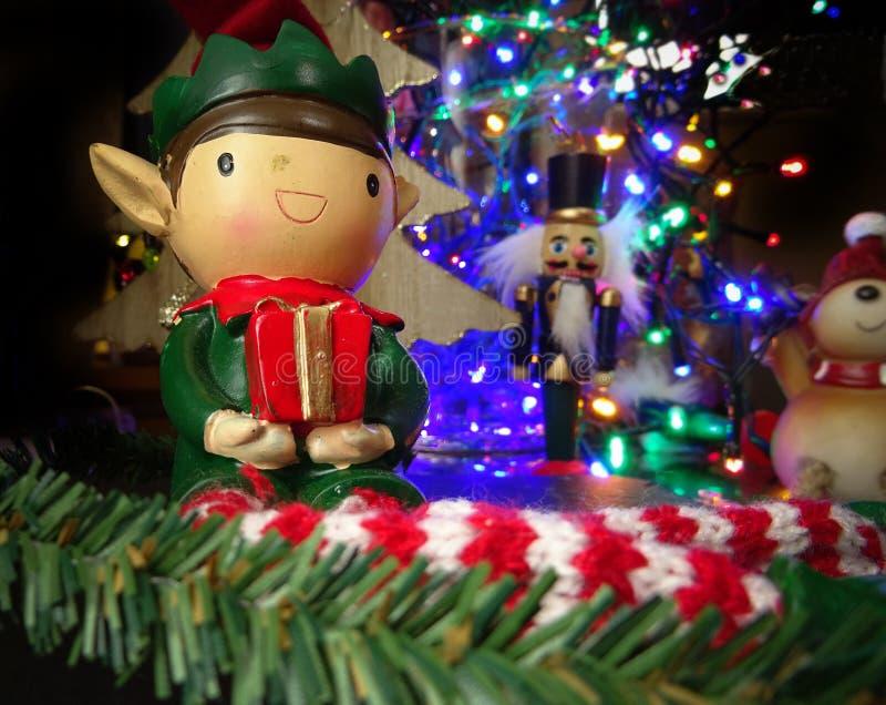 Alte Weihnachtself mit Geschenk stockfotos