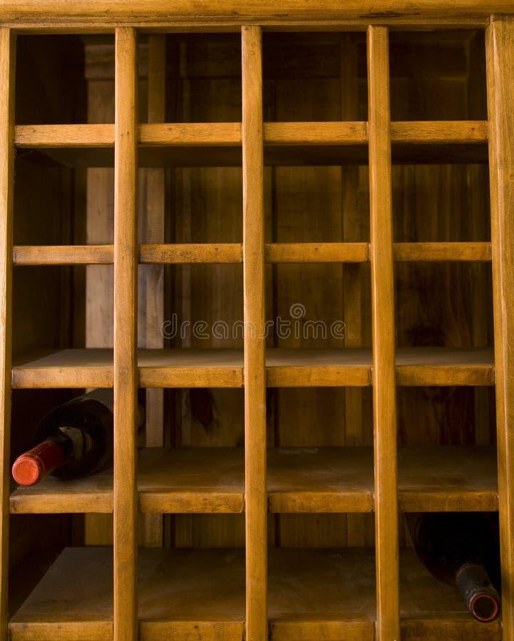 Alte Wein-Zahnstange mit zwei Flaschen stockfotografie