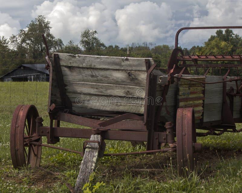 Alte Weinlese-Dreschmaschine vor verlassener Scheune stockfotografie
