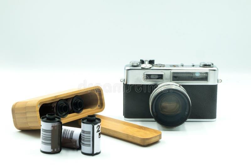 Alte Weinlese-Film-Kamera und Holzetui für die Kamera-Filme, die für Reise-Isolat auf weißem Hintergrund sich vorbereiten lizenzfreie stockfotografie