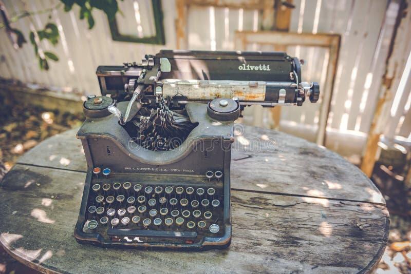 Alte Weinlese/Retro- Schreibmaschinenmaschine entdeckten stockbild