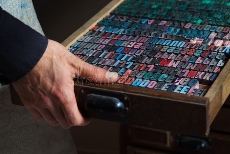 Alte Weinlesedruckmaschinebuchstaben lizenzfreie stockbilder