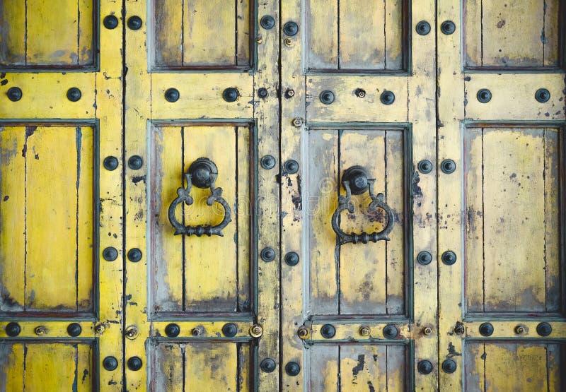Alte Weinleseholztür u. Retro- Metallgriffklopfer doorkhob stockbilder