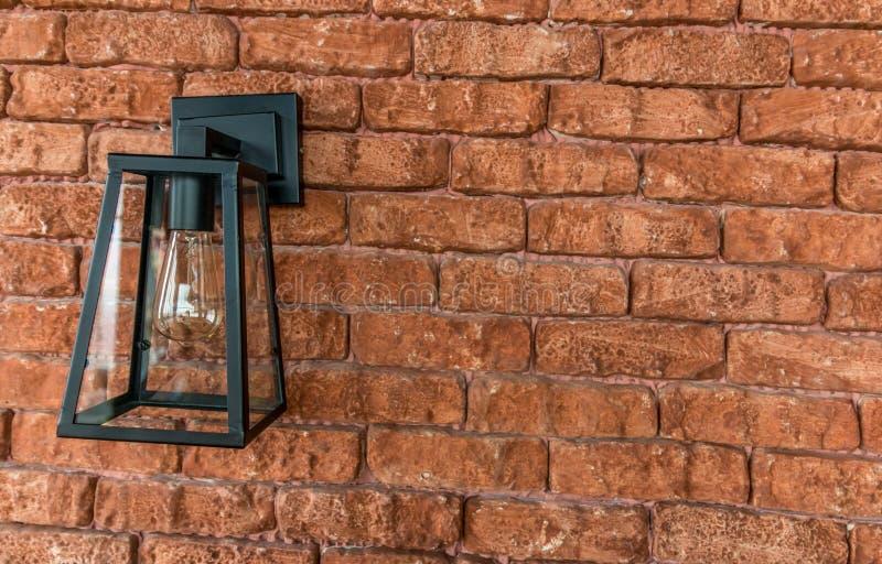 Alte Weinleselampe auf Backsteinmauer stockbilder