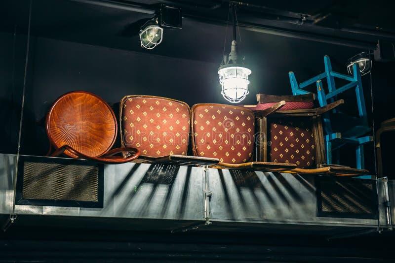 Alte Weinlesemöbel - Holzstühle gehalten im Speicherregal, antiker Abfall lizenzfreie stockbilder