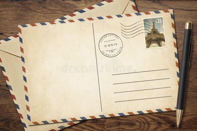 Alte Weinlesepostkarte und -umschlag mit Stift an stockbild