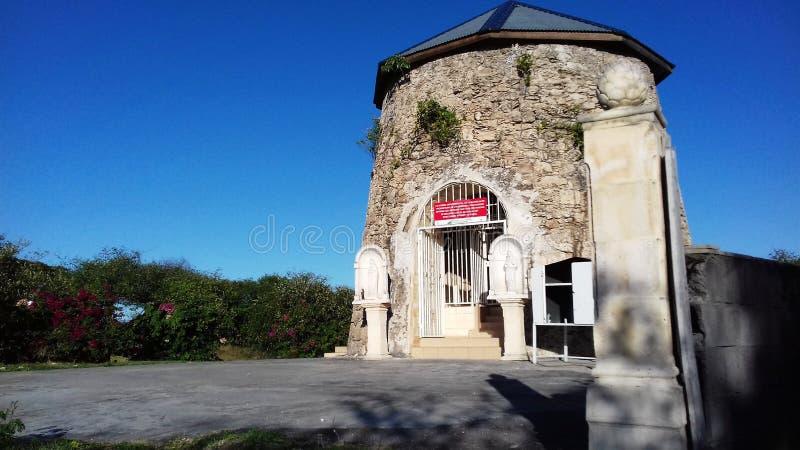 Alte westindische Mühle umgewandelt in eine Kapelle der ehemaligen Zuckerfabrik von Anse Bertrand in Guadeloupe stockfotos
