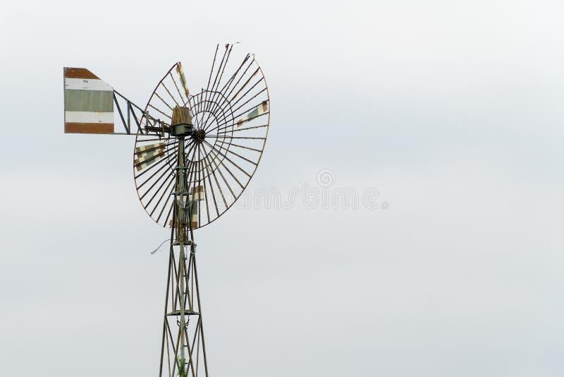 Alte Windkraftanlagen und heraus getragen stockfoto
