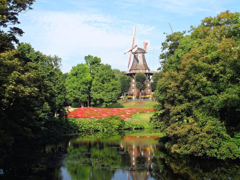 Alte Windm?hle auf W?llen im Park in Bremen Deutschland lizenzfreies stockbild