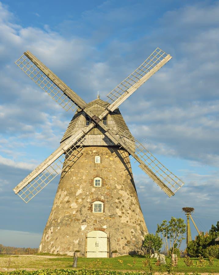 Alte Windmühle im Dorf von Araishi, Lettland, Europa stockbild