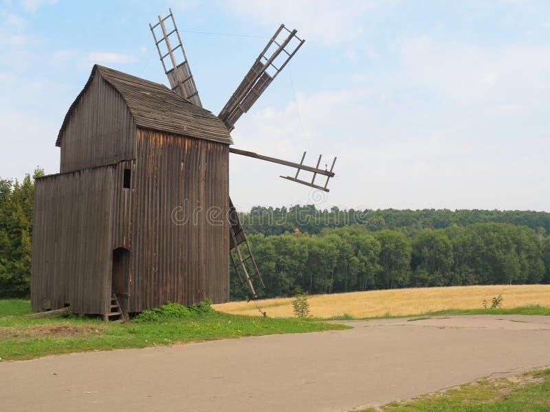 Alte Windmühle im ukrainischen Dorf, Kiew. lizenzfreies stockfoto