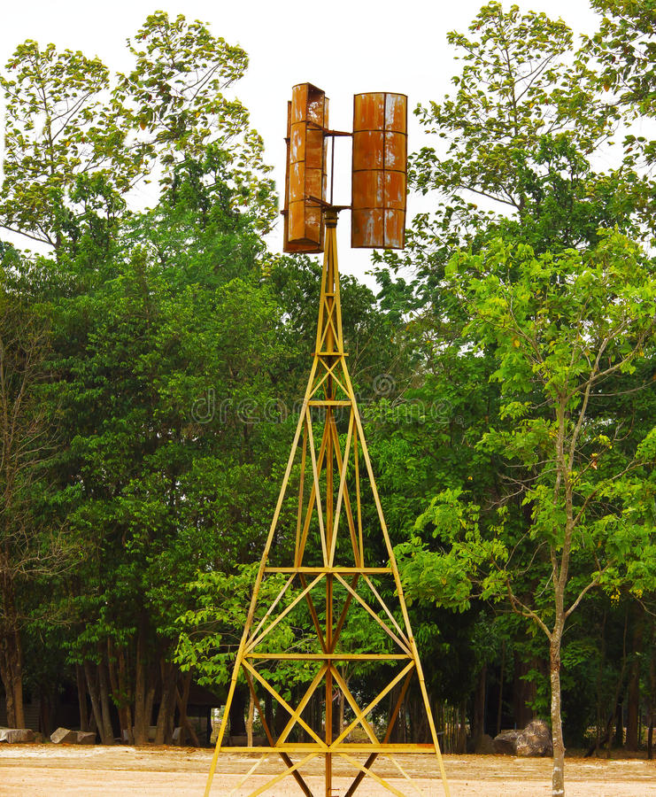Alte Windmühle mit Baum im Thailand-Hinterland stockfotografie