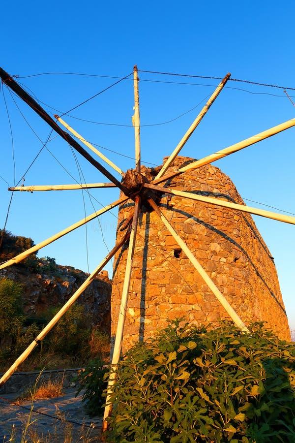 Alte Windmühlen im Sonnenuntergang strahlt nahe Lasithi-Hochebene Kreta, Griechenland lizenzfreies stockbild
