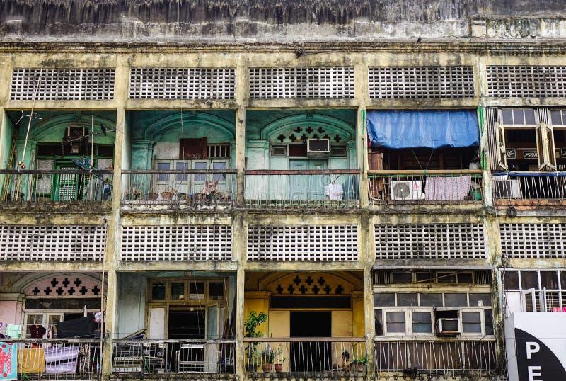 Alte Wohnungen in Rangun, Myanmar lizenzfreie stockbilder