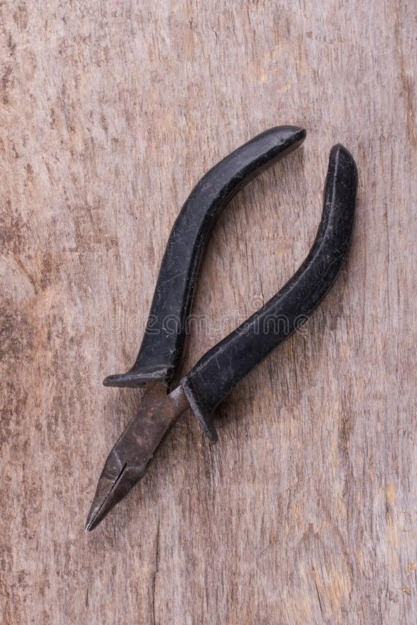 Alte Zangen mit Gummigriff stockfotografie