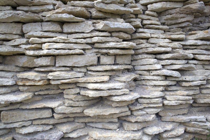 Alte zerbröckelnde Festungswand von weißen flachen hervorstehenden Kalksteinen stockfoto