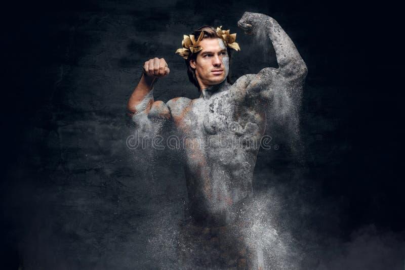 Alte zerbröckelnde Statue des athletischen groben Mannes lizenzfreie stockfotos