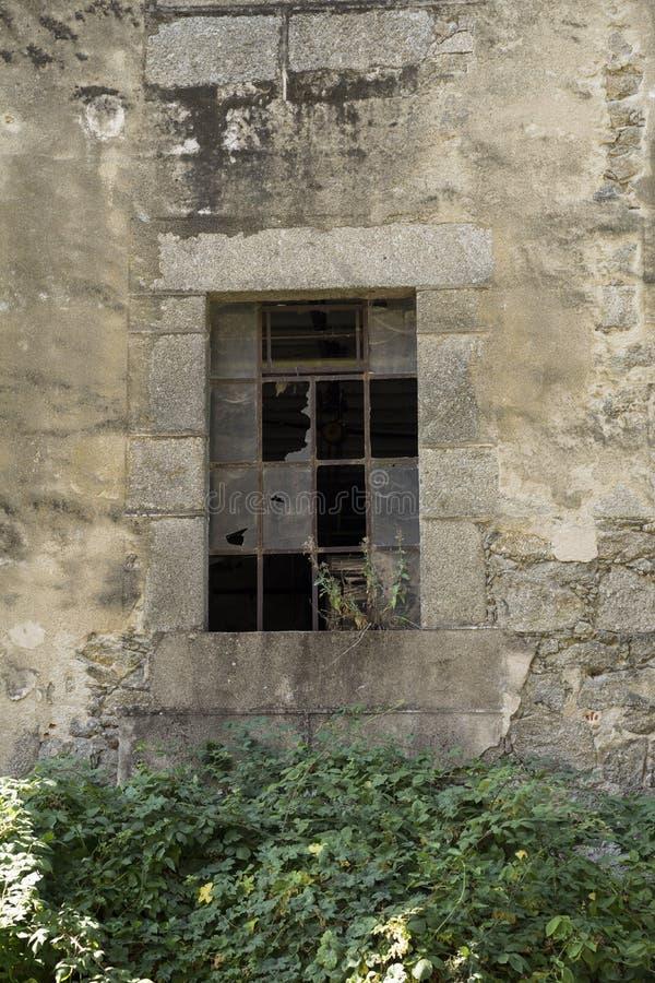 Alte zerbrochene Fensterscheibe einer verlassenen Fabrik stockbilder