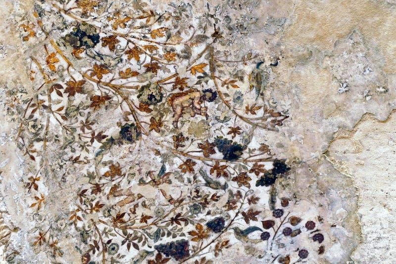 Alte zersplitterte traditionelle Nabataean-Decken-Fresko-Malereien im kleinen Biclinium in wenig PETRA, Jordanien lizenzfreies stockbild