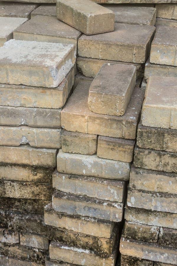 Alte Ziegelsteine benutzt für Bau, Stapel alte Ziegelsteine lizenzfreie stockbilder