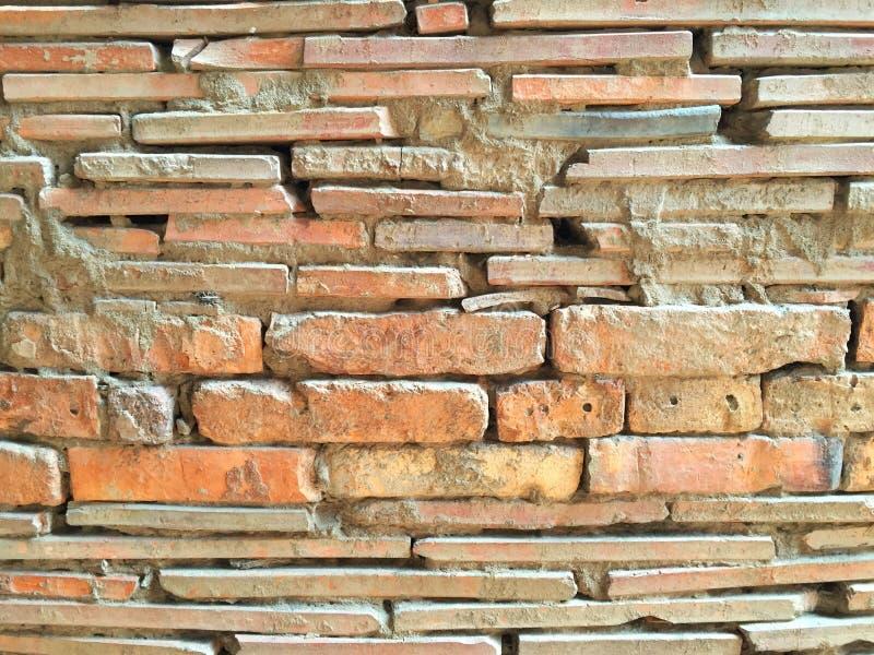 Alte Ziegelsteine und Fliesenwand benutzt in der Tonwarenindustrie stockfotografie