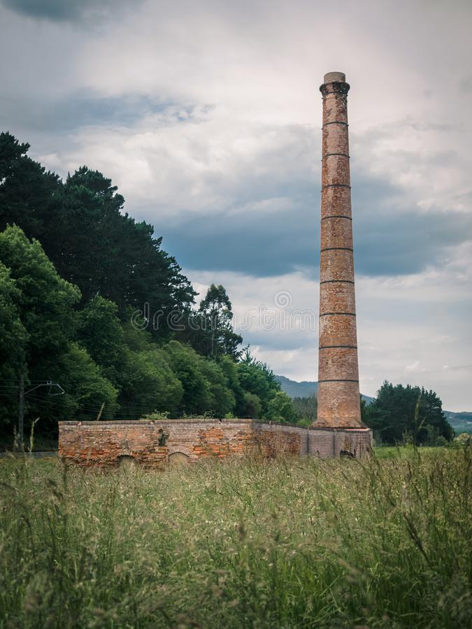 Alte Ziegelsteinfabrik in der Urdaibai-Biosphären-Reserve im Baskenland stockbild