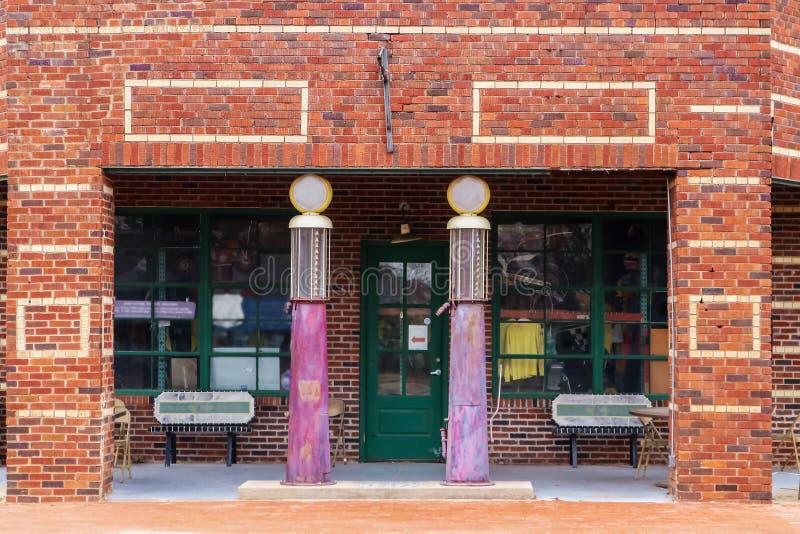 Alte ZiegelsteinTankstelle machte in einen Antiquitätenladen irgendwo entlang Route 66 zwischen Oklahoma City und Tulsa Oklahoma  lizenzfreie stockfotos