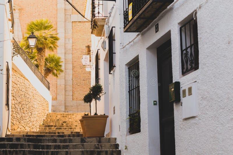 Altea, Ισπανία - 19 Φεβρουαρίου 2019: Όμορφη στενή οδός στην παλαιά πόλη με τους Λευκούς Οίκους και έναν δρόμο κυβόλινθων στοκ φωτογραφία